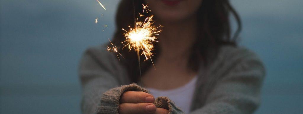 Imagen de un chica con una bengala en las manos a modo de celebracion