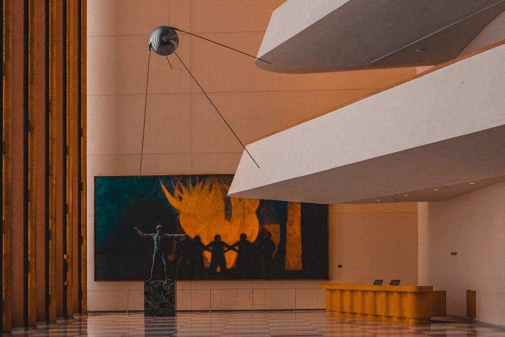 Imagen del sputnik en una sala de museo