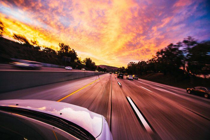 Foto de una carretera vista desde la parte de arriba de un coche