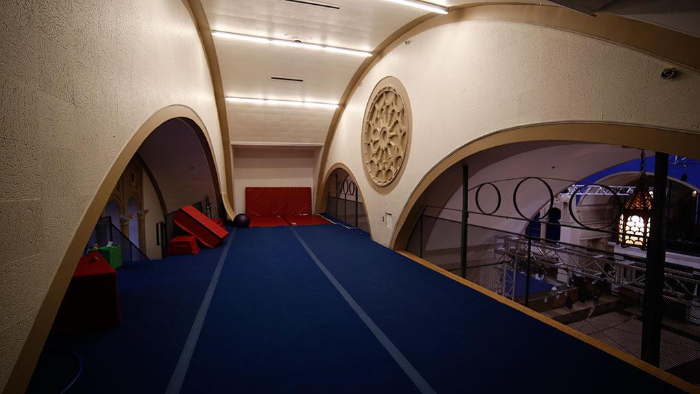 En Quebec, iglesia transformada en escuela de circo. Altillo para acrobacia circense