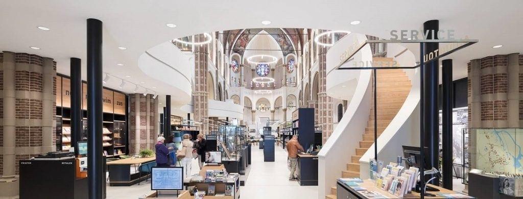 Imagen de la entrada a la biblioteca en la que se ve la mezcla entre la reforma moderna de la biblioteca y la iglesia