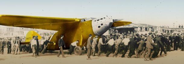 Imagen del aterrizaje del avion Pajaro Amarillo en la playa de oyambre y un moton de personas rodean al aparato