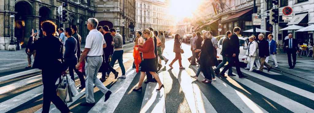 Foto de personas cruzando por un paso de cebra