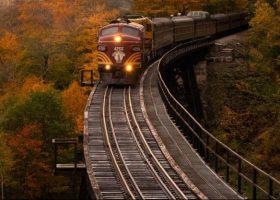 Imagen de un tren circulando de frente por una vía