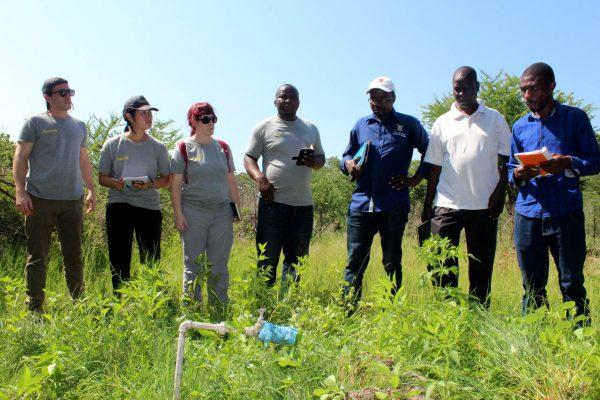 Imagen de 5 cooperantes inspeccionando terreno