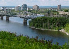 Ciudad con amplias zonas verdes y río