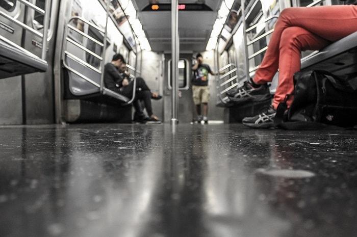 pasajeros viajando en metro