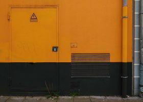 Puerta naranja con señal de red eléctrica