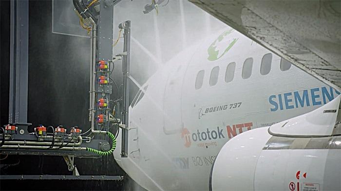 washing a plane