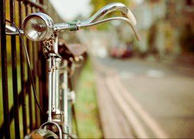 bicicleta encadenada a una verja