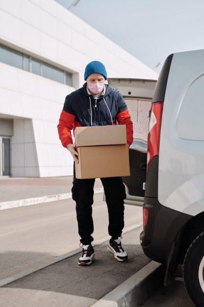 Hombre entregando unos paquetes