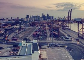 Un puerto al atardecer