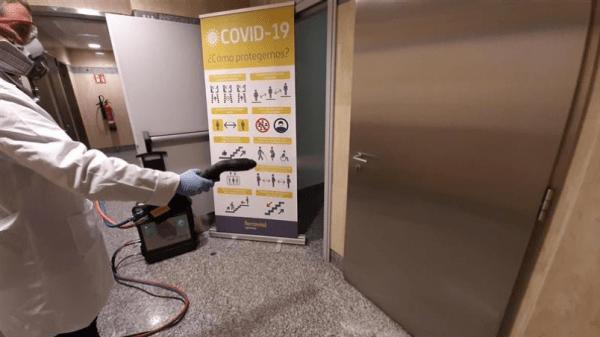 un trabajador desinfectando las superficies