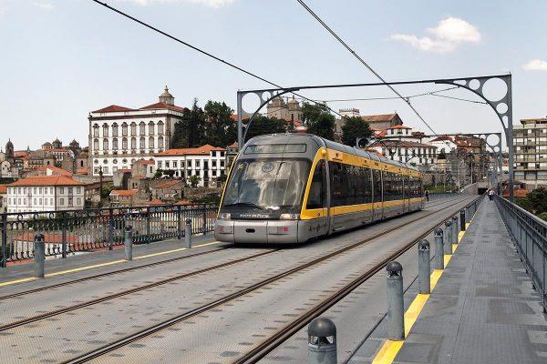 Vagón del metro de Oporto a su paso por la ciudad en el puente de Luis I.
