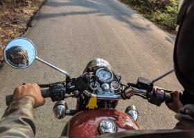 un hombre montando una moto de cross