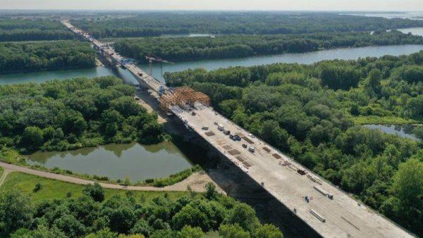 Un andamio móvil sobre el Danubio