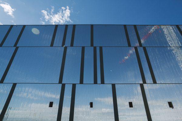 Reflejos en la fachada del Edificio 13.