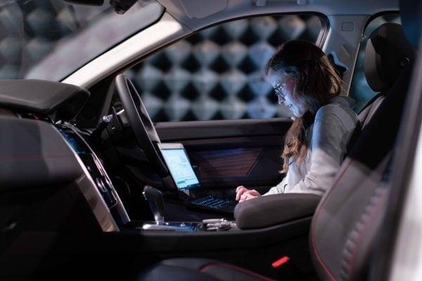 ejecutando pruebas electrónicas en un coche