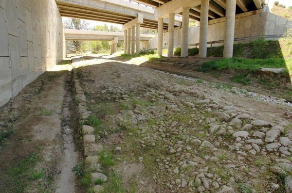 Vestiges of the Roman road where it passes through Puerto de Béjar, Salamanca. | Wikimedia Commons/Raimon puerto