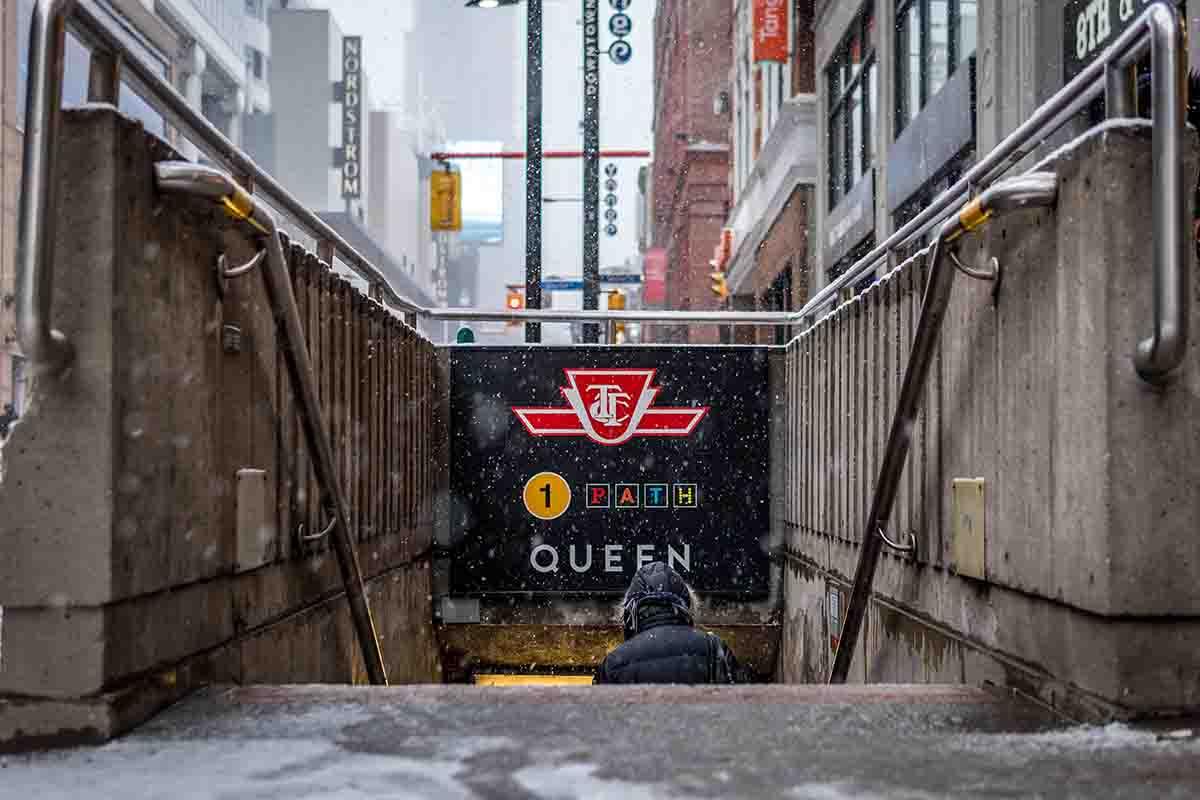 Boca de metro con acceso al sistema PATH, en Toronto
