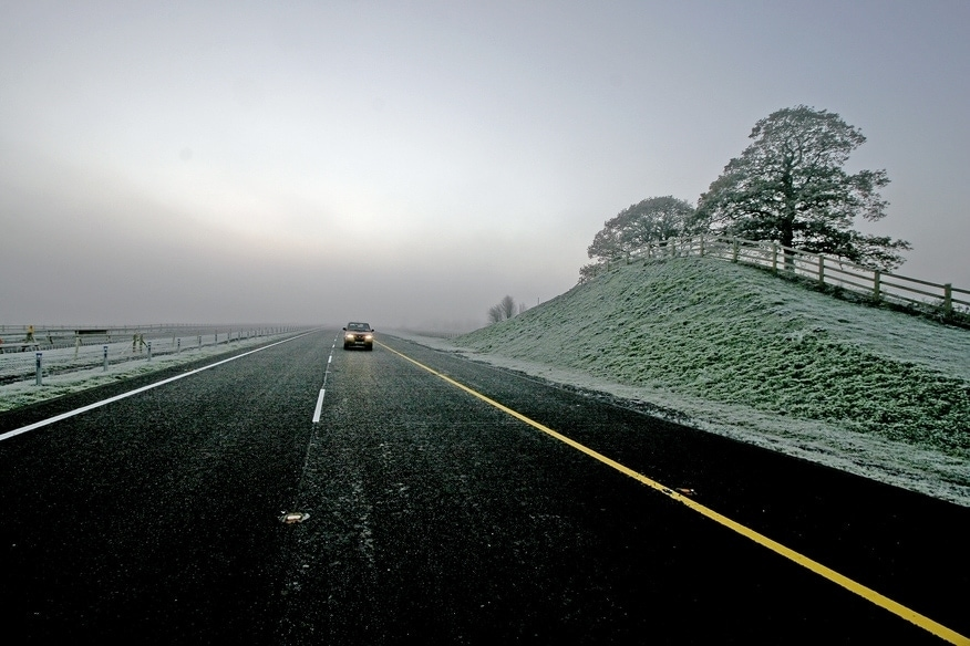 una carretera con hielo y nieve