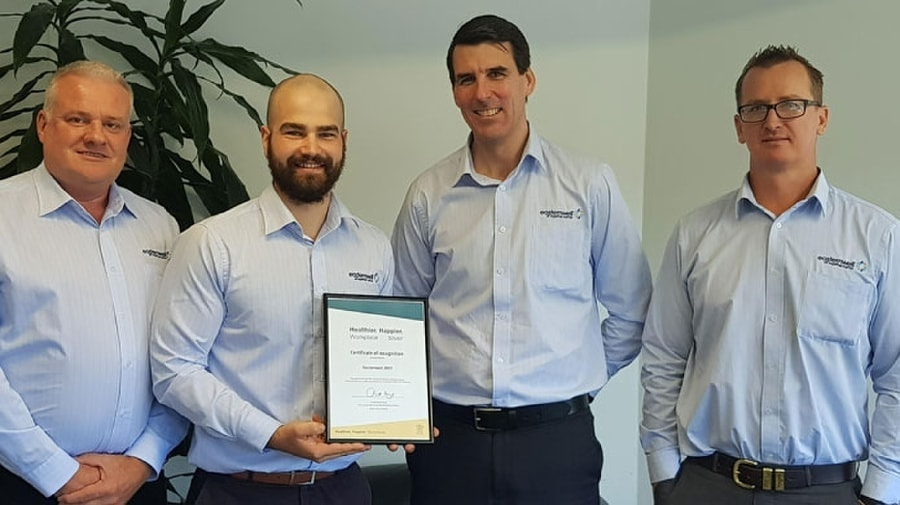 Empleados de Easternwell con el premio Healthier.Happier