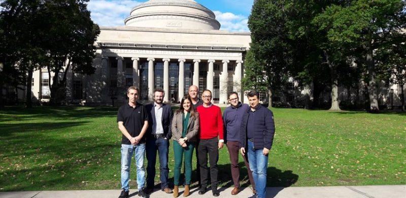 Grupo de personas frente al MIT acuerdo Ferrovial