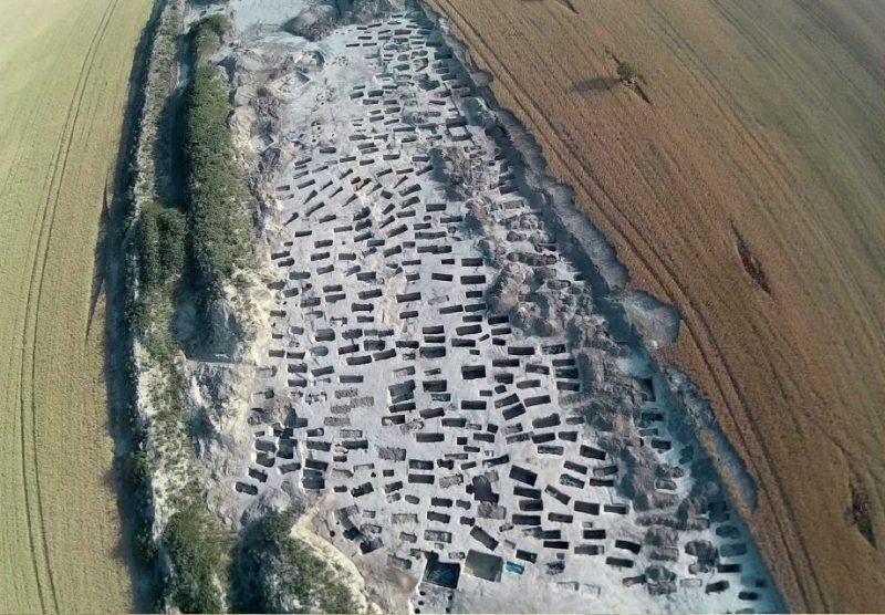 cementerio del siglo VIII en la carretera D4R7 en Eslovaquia