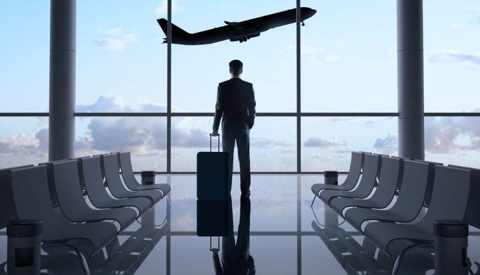 Heathrow avanza hacia su expansión_hombre en el aeropuerto y avión