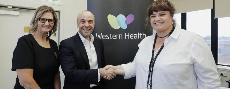 José Espinosa, CEO de Netflow Western Roads Upgrade, Julia White, Directora de Western Health Foundation, y a Cherie Hunter, Directora de Servicios Sociales del Hospital de Footscray.