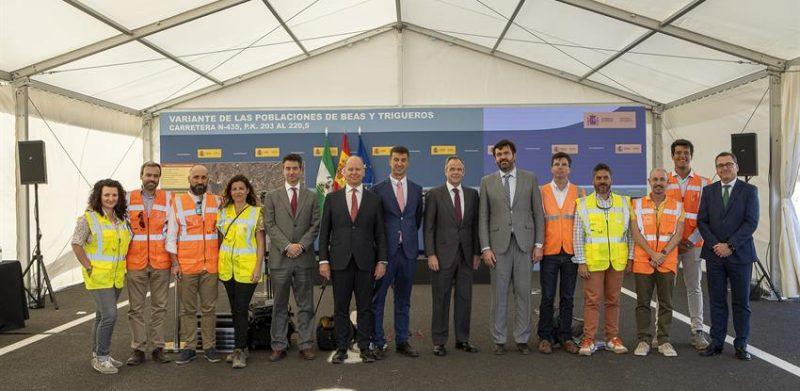 Fotografía grupal de los asistentes a la visita a las obras de la variante Beas-Trigueros