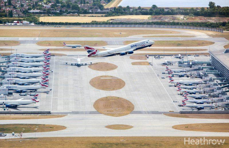 Foto de un avión despegando en el aeropuerto de Heathrow