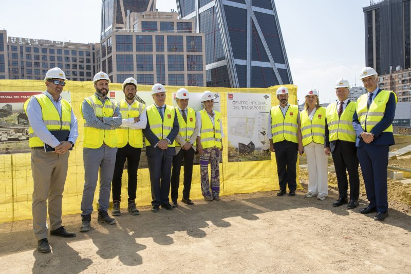 Group photo of the visitors to the work of the future headquarters of Metro Madrid