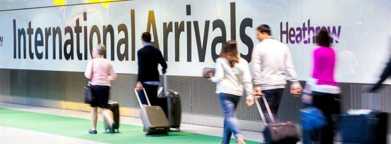 Foto de pasajeros con maletas en el aeropuerto de Heathrow