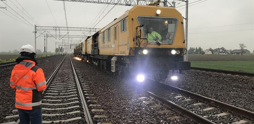 Photo of a train, tracks, catenary and 2 operators