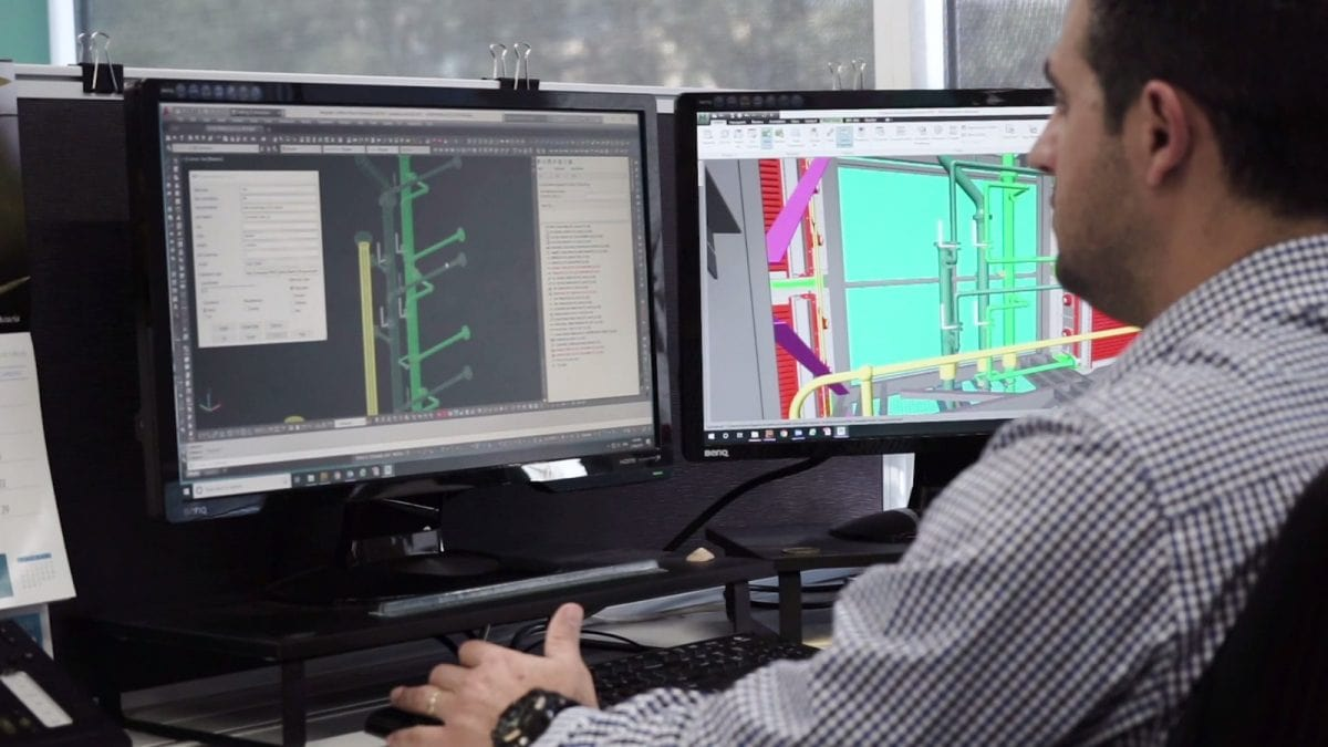 Imagen de un diseñador frente a 2 pantallas de ordenador