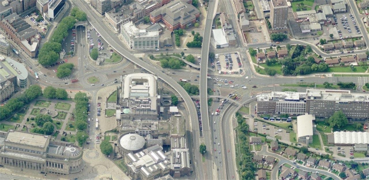 Imagen aerea de un cruce de carreteras con pasos elevados