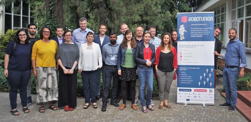 Foto grupal de los asistentes a la jornada de RobotUnion