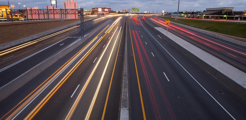 Imagen de una autovía con luces de coches