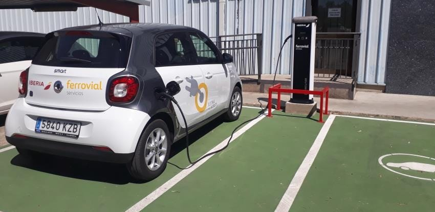 image of an electric car charging at a point of Iberia and Ferrovial