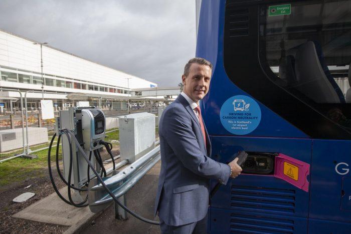 Imagen de la presentacion de los autobuses electricos que operaran en el aeropuerto de Glasgow