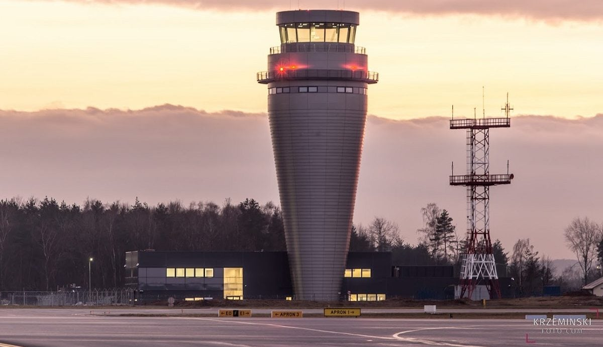 Torre de control aeropuerto Polonia