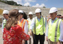 Imagen de la vicepresidenta de Colombia saludando al personal de Ferrovial Agroman y Cintra