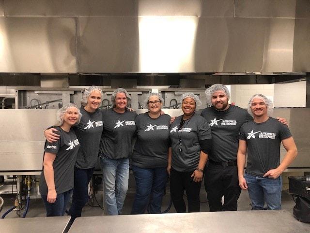 equipo de voluntarios de las autopistas de Dallas colaboran con Meals on Wheels