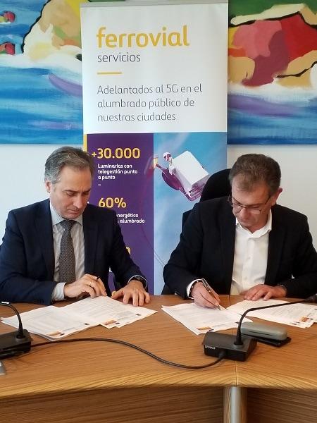 El alcalde del municipio de Gozón en Asturias, Jorge Suárez, y Gonzalo Rodríguez San Juan, director de Administraciones Locales de Ferrovial Servicios España