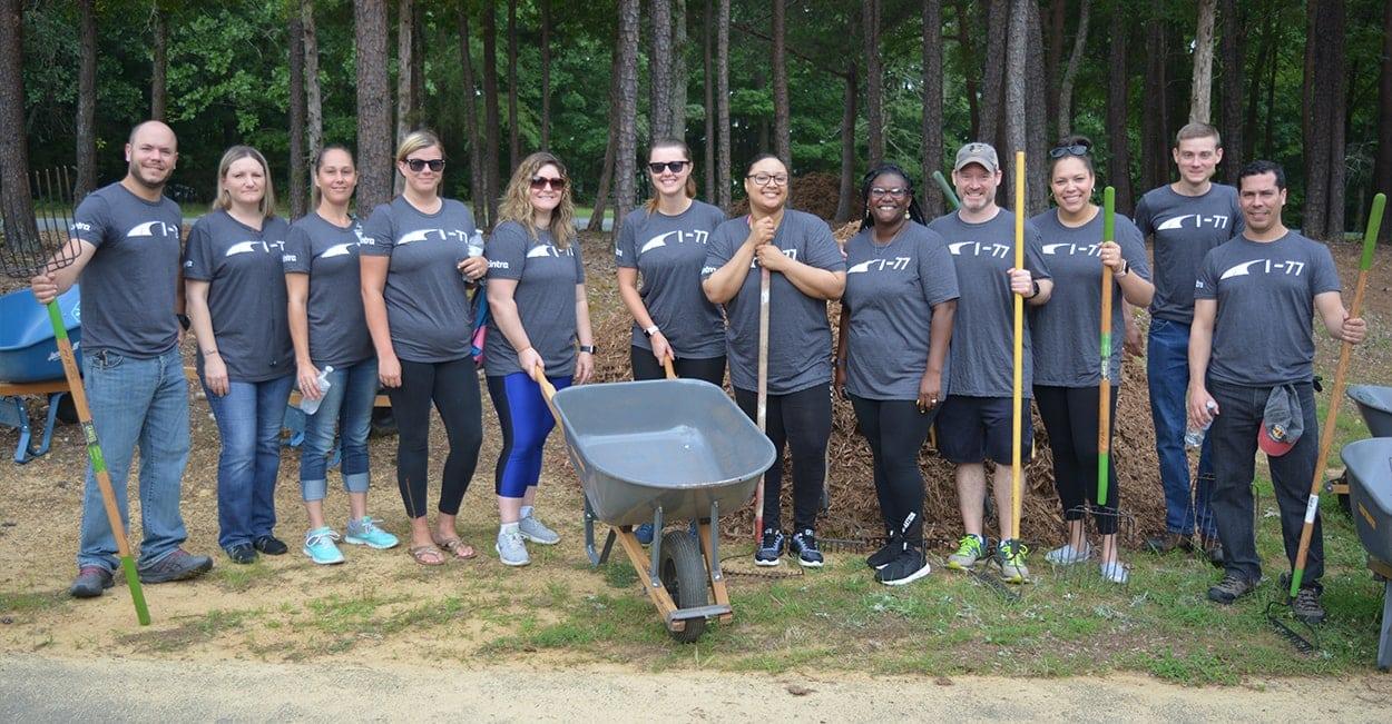 Voluntarios de la autopista I-77 acondicionan un parque en Charlotte