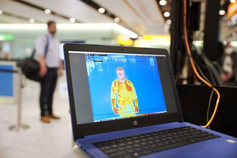 medición temperatura covid-19 pasajeros de aeropuertos